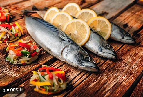 خوردن ماهی های چرب مانند سالمون برای شادابی سلامتی پوست