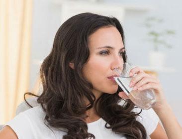 خوردن آب برای داشتن پوستی سالم ، روشن ، شفاف ، شاداب ، روشن کردن پوست